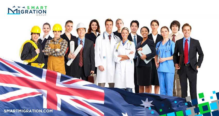 بهترین راه مهاجرت به استرالیا از طریق طریق مهارت و تخصص در ادامه توضیحات مربوط به ویزای استرالیا قابل توجه است. در بین انواع روش های مهاجرت به استرالیا، احتمالا برای شما هم این سوال پیش آمده، بهترین راه مهاجرت چیست؟ مهاجرت به استرالیا از طریق مهارت و تخصص، در حال حاضر بهترین راه مهاجرت به استرالیا است.ا اگر شما هم قصد مهاجرت به این کشور را دارید، تا آخر این مقاله همراه ما باشید تا هم بدانید چرا بهترین راه مهاجرت به استرالیا، اخذ ویزای اسکیل ورکر یا تخصص و مهارت است؟ و هم از شرایط مهاجرت به استرالیا از طریق مهارت و تخصص مطلع شوید. چرا مهاجرت به استرالیا از طریق مهارت و تخصص؟ ثبات اقتصادی استرالیا در چند دهه اخیر باعث توسعه همه جانبه صنعت و تجارت این کشور شده و در پی آن فرصت های شغلی بسیاری در استرالیا بوجود آمده است. به همین دلیل دولت استرالیا برای اینکه با چالش کمبود نیرو مواجه نشود. یک برنامه منظم برای جذب نیروی متخصص تدوین کرده و هر سال از طریق اداره مهاجرت، لیست مشاغل و تخصص های مورد نیاز را منتشر می کند. جالب است بدانید استرالیا، تقریبا در همه حوزه ها به نیروی کار متخصص نیازمند است و لذا سرعت بررسی شرایط افراد برای اخذ این ویزا، از سایر درخواست ها، بیشتر است. (برای توضیحات بیشتر صفحه سرمایه گذاری در استرالیا را مطالعه کنید.)